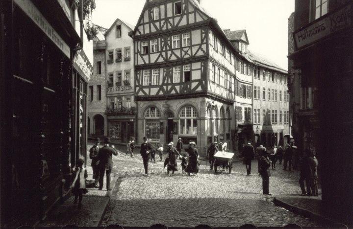 Figure x:  Ur-Leica image, Wetzlar Eisenmarkt, by Oskar Barnak, 1913